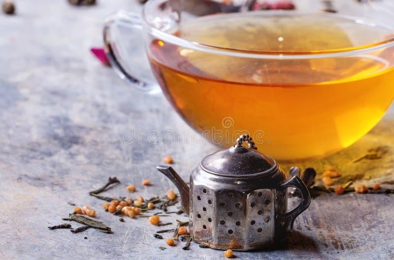 Kop van hete thee met teastrainer royalty-vrije stock afbeelding