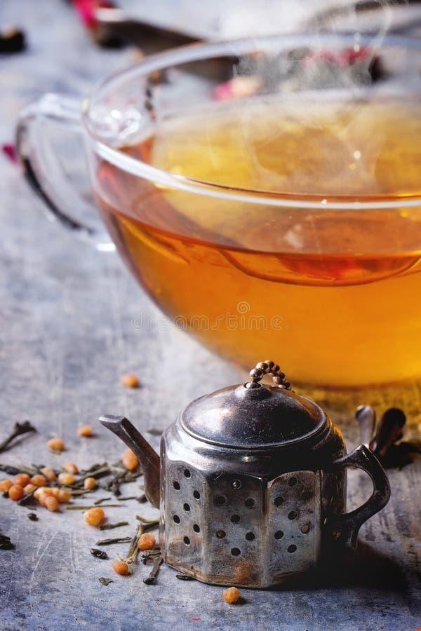 Kop van hete thee met teastrainer royalty-vrije stock foto's