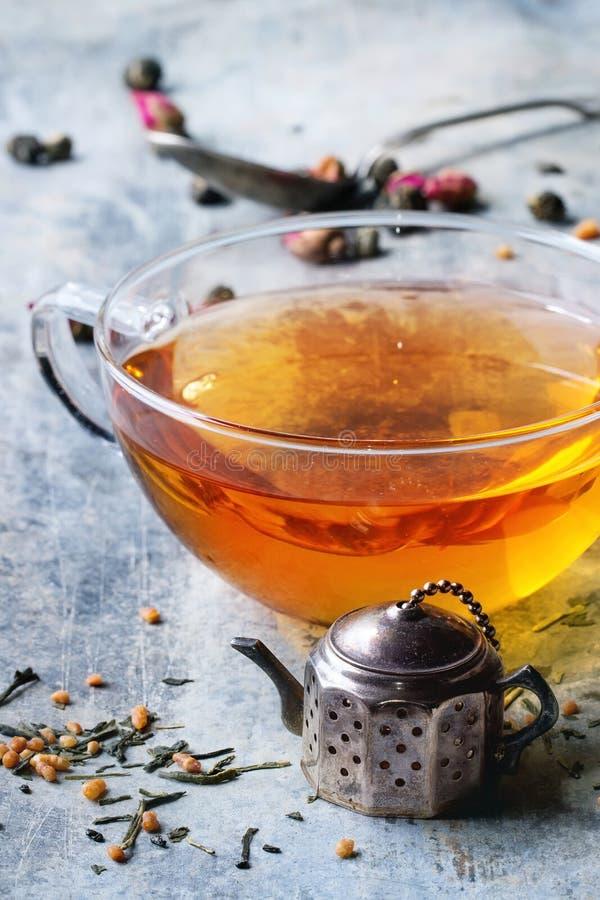 Kop van hete thee met teastrainer stock fotografie