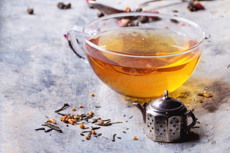 Kop van hete thee met teastrainer stock afbeelding