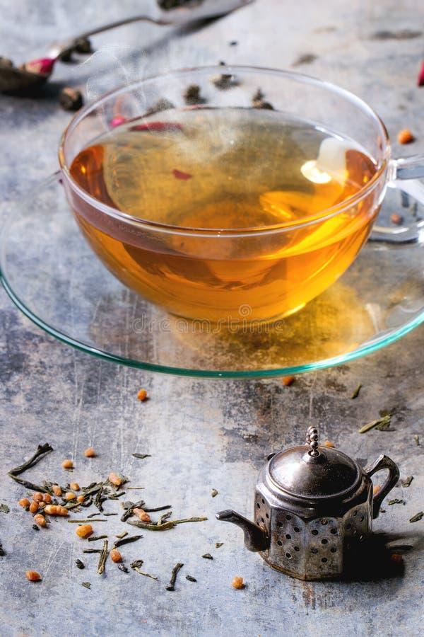 Kop van hete thee met teastrainer stock foto