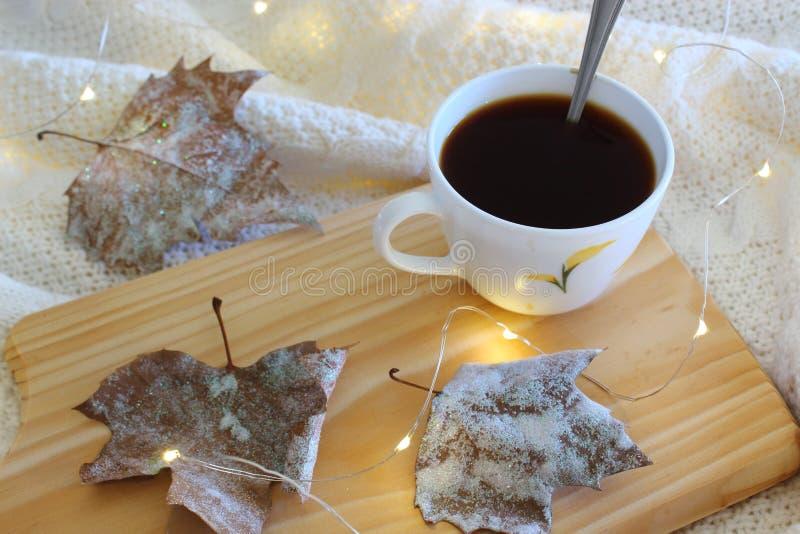 Kop van koffie in bed Comfortabel de herfst-winter concept royalty-vrije stock fotografie
