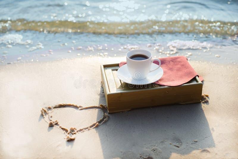 Kop van koffie bij het strand royalty-vrije stock afbeelding