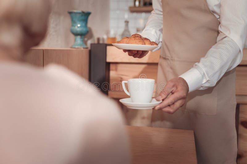 Kop van koffie die in de cafetaria worden gediend royalty-vrije stock foto's