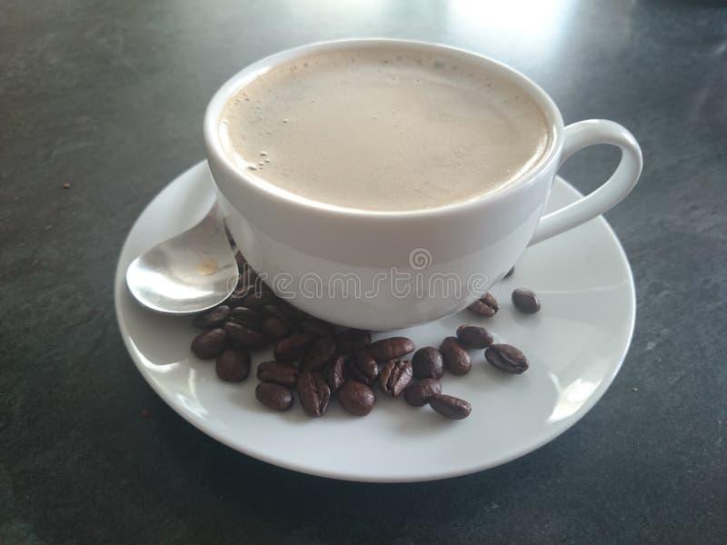 Kop van koffie die met bonen wordt gemaakt stock afbeelding