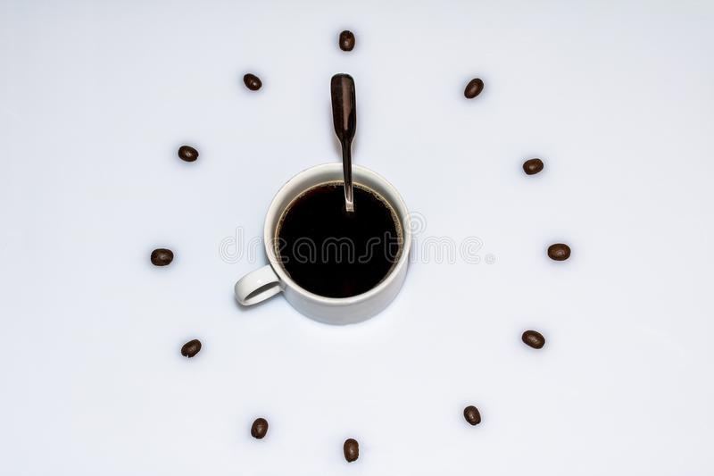 Kop van koffie door bonen wordt omringd die