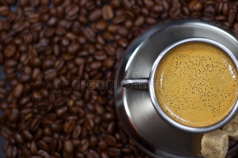 Kop Van Koffie In Een Stapel Van Cof Stock Foto's