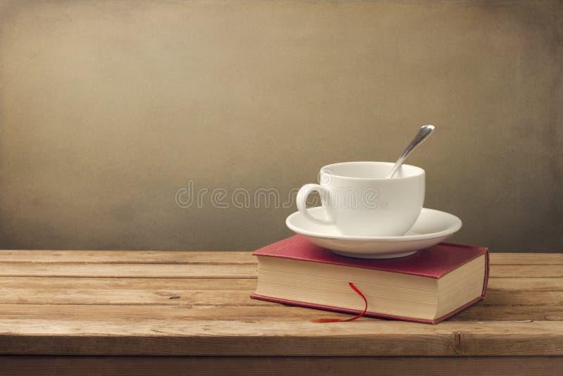 Kop van koffie en boek stock afbeelding