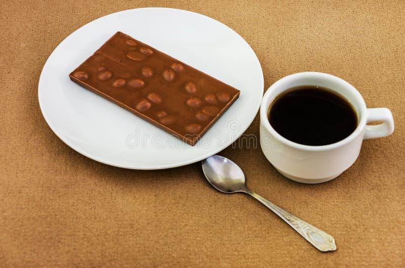 Kop van koffie en chocolade met noten stock foto