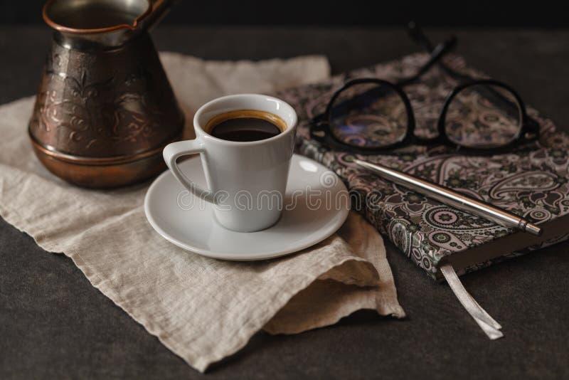 Kop van koffie en cupcake Tijd om een interessant boek te lezen tim stock fotografie