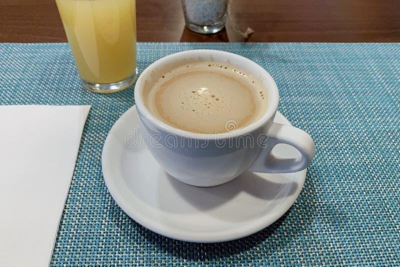 Kop van koffie en een glas jus d'orange op een lijstclose-up stock fotografie