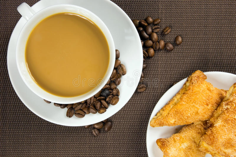 Kop van koffie en Frans chocoladecroissant stock afbeelding