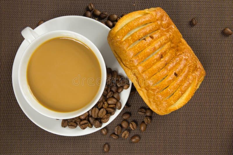 Kop van koffie en Frans chocoladecroissant royalty-vrije stock foto