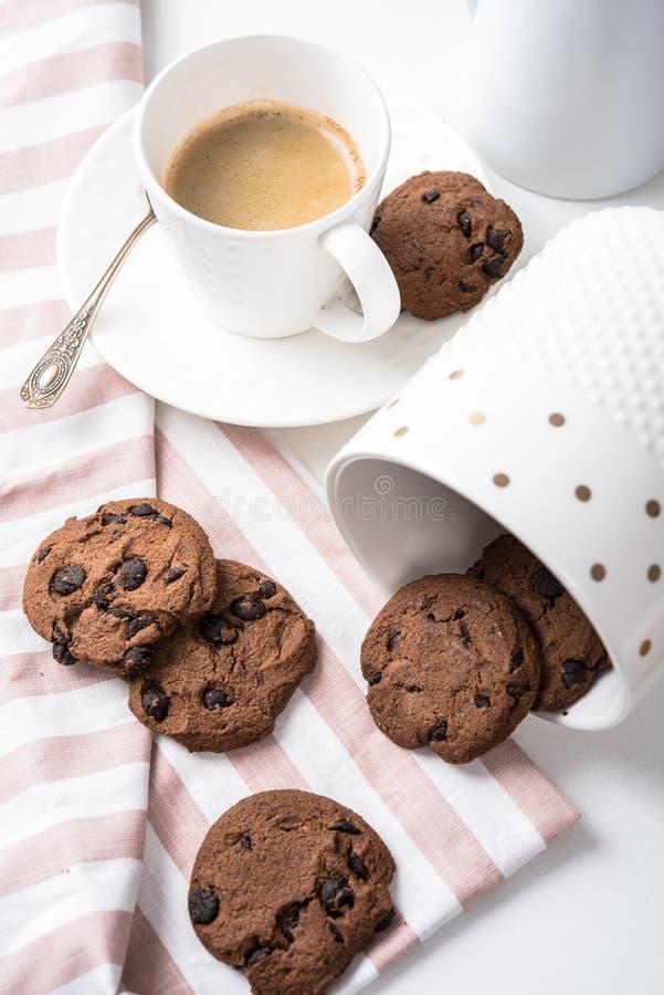 Kop van koffie en kruik van chocoladekoekjes royalty-vrije stock afbeelding