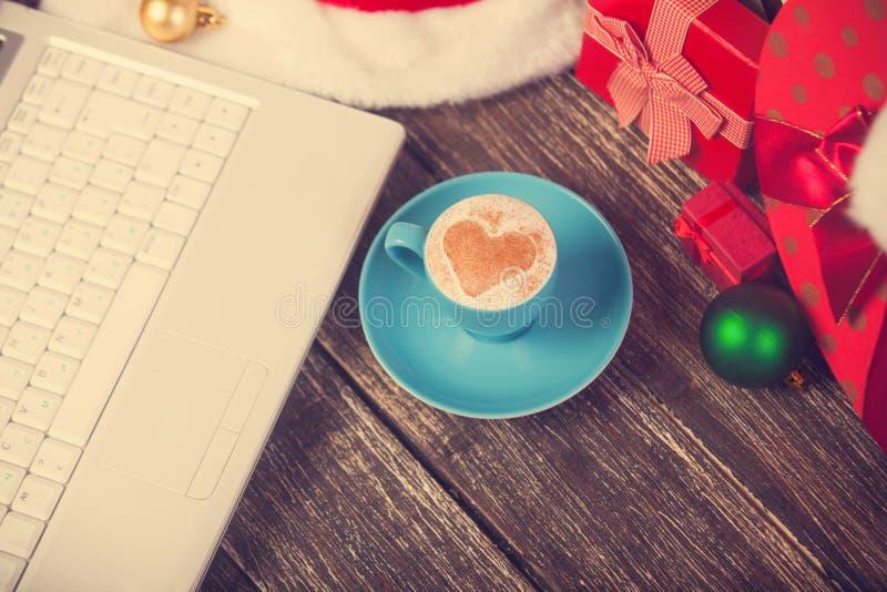 Kop van koffie en laptop stock foto