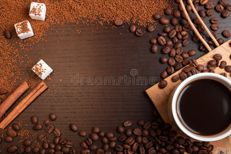 Kop van koffie, koffiebonen, grondkoffie en suiker met een spac stock fotografie