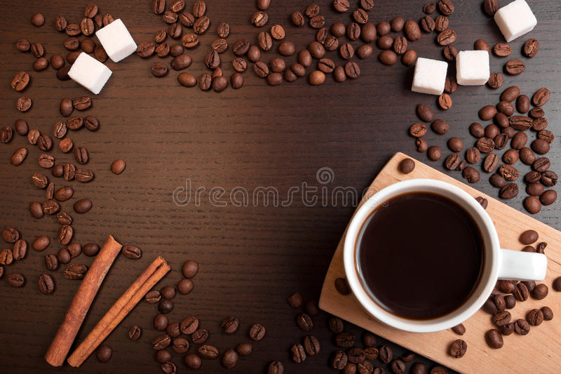Kop van koffie, koffiebonen, suikerkubussen en kaneel royalty-vrije stock fotografie