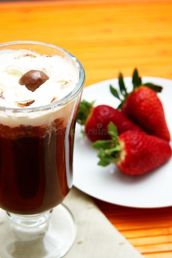 Kop van koffie met aardbeien stock foto