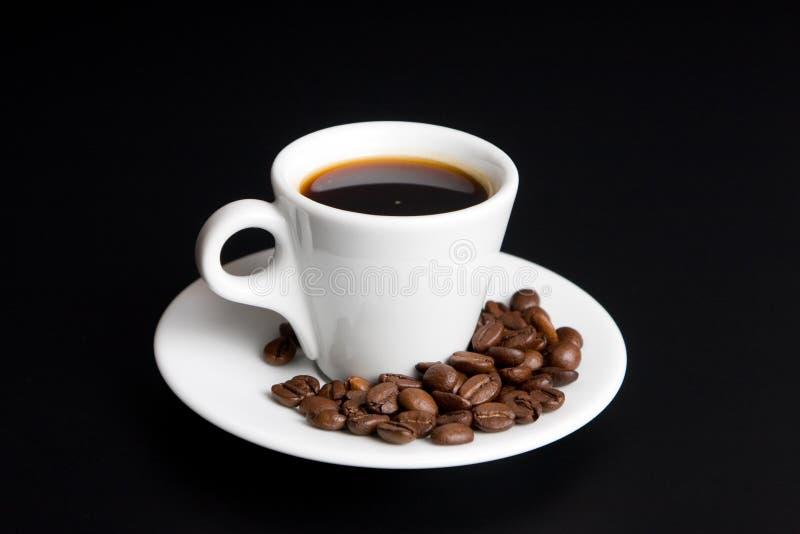 Kop van koffie met bonenkoffie op zwarte royalty-vrije stock afbeeldingen