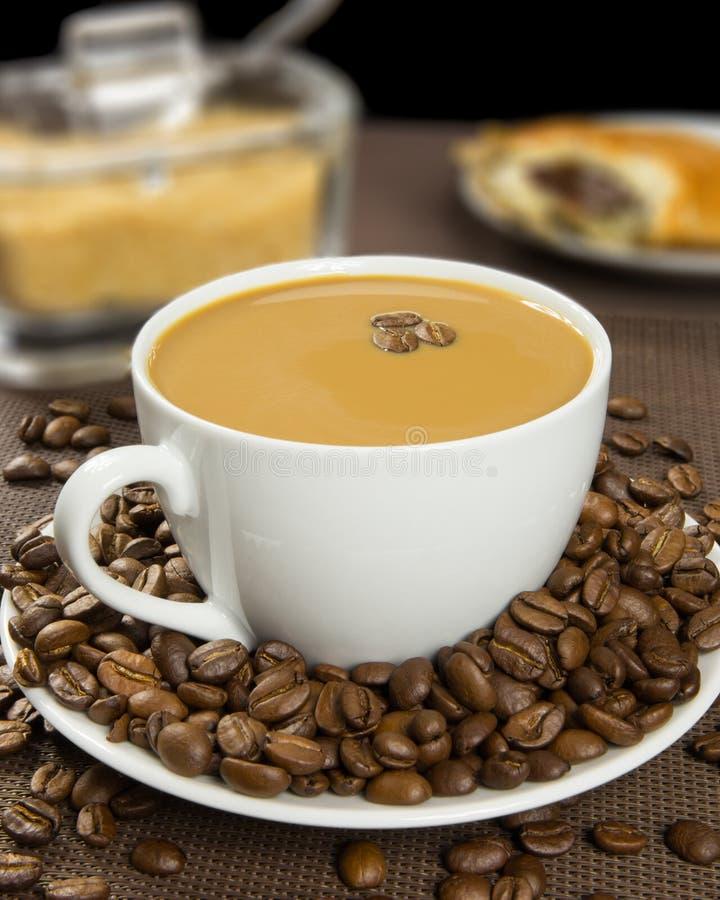 Kop van koffie met bruine suiker en Frans chocoladecroissant stock foto's
