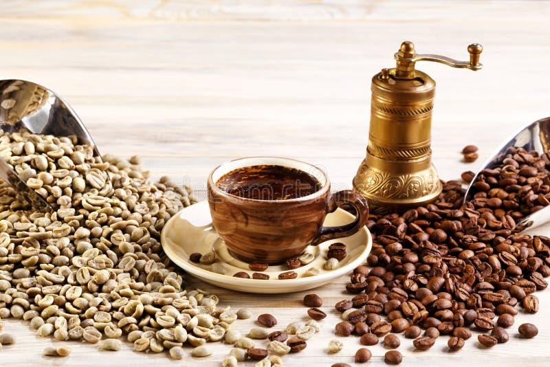 Kop van koffie met de koffiemolen en koffiezaden royalty-vrije stock foto