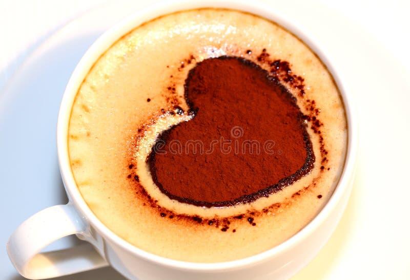 Kop van koffie met het hart van de Valentijnskaart stock foto
