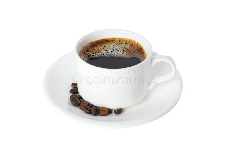 Kop van koffie met koffiebonen op witte achtergrond worden ge?soleerd die royalty-vrije stock foto's