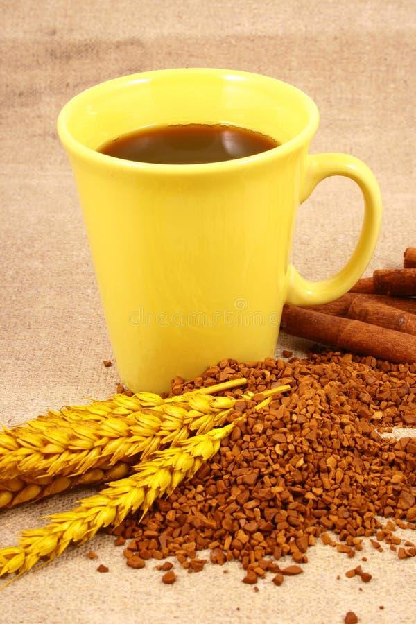 Kop van koffie met koffiegrai stock foto's