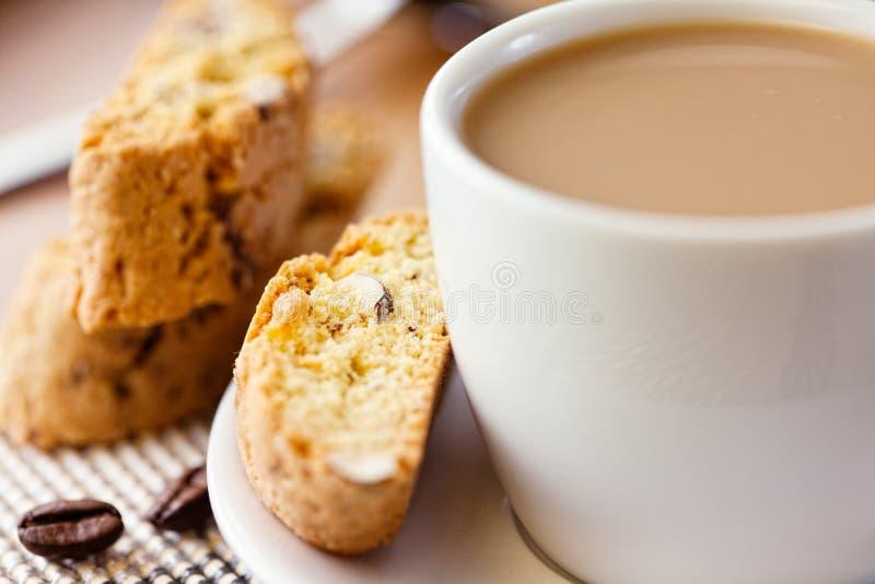 Kop van koffie met melk en cantuccini stock foto's