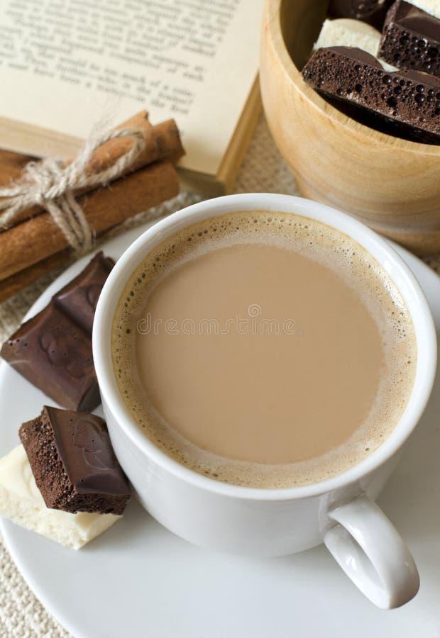 Kop van koffie met melk en chocolade royalty-vrije stock foto's
