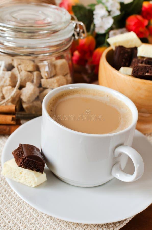 Kop van koffie met melk en chocolade stock afbeeldingen