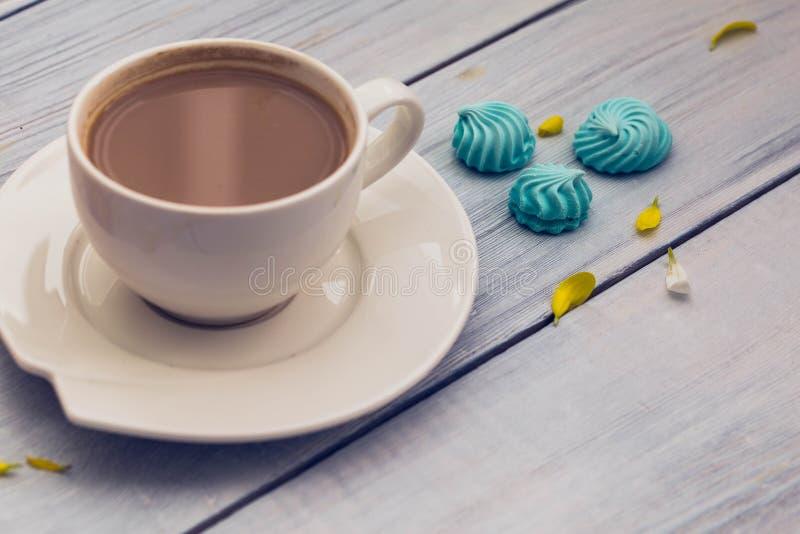 Kop van koffie met melk en koekjes stock foto's