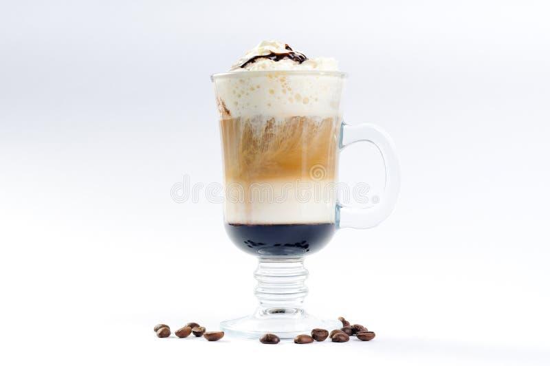 Kop van koffie met room en likeur gegoten lagen royalty-vrije stock afbeeldingen