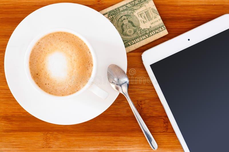 Kop van koffie met tablet royalty-vrije stock foto's