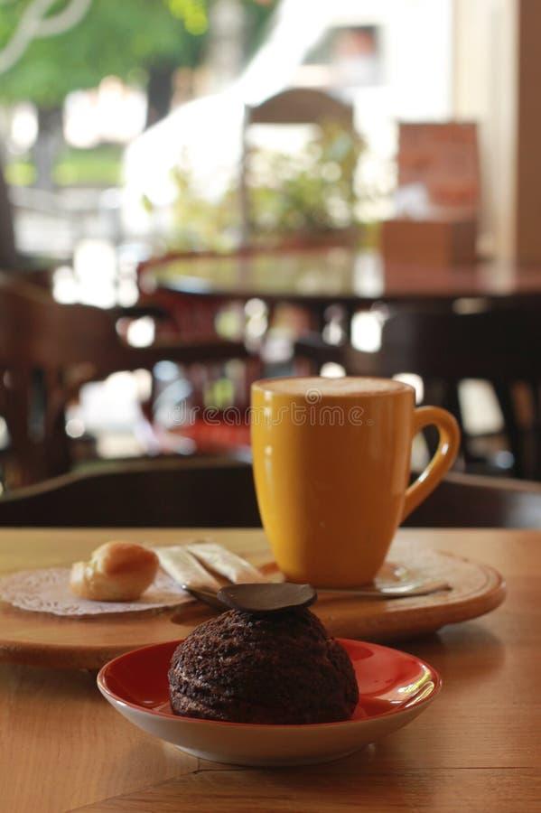 Kop van koffie met woestijn royalty-vrije stock afbeeldingen