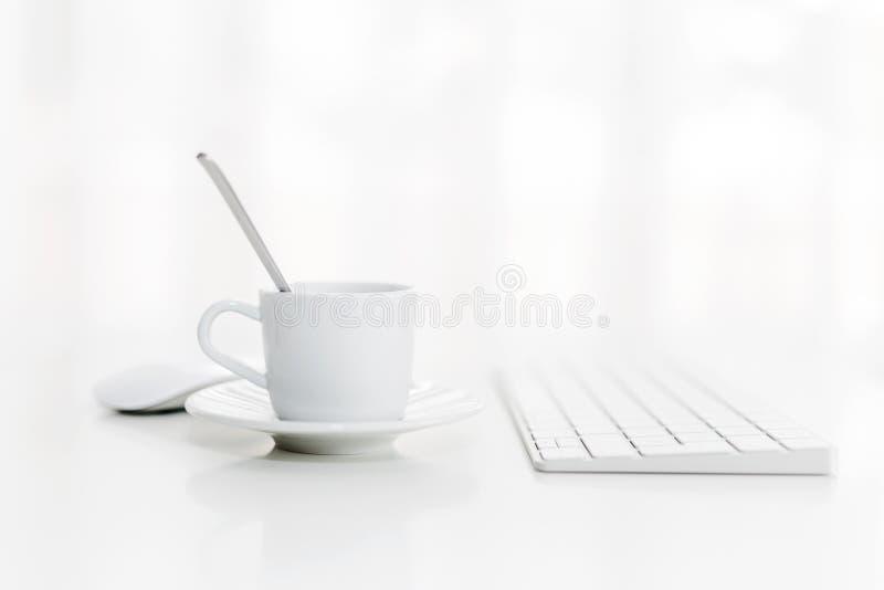 Kop van koffie naast de gegevensverwerking van apparaten royalty-vrije stock foto