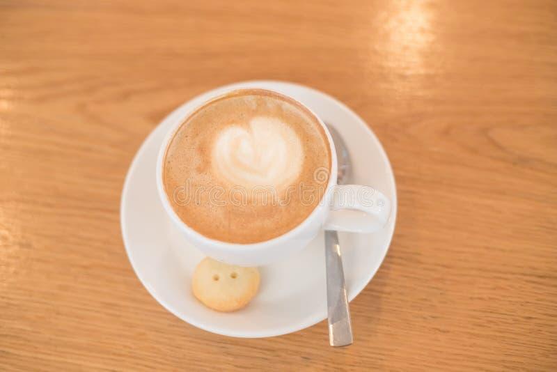 Kop van koffie om op de houten lijst met latteart. te gaan Straatkoffie Witte kop van cappuccino Het in stemmen minimaal royalty-vrije stock fotografie