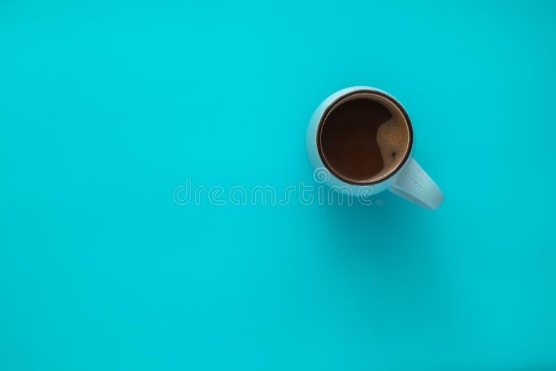Kop van Koffie op Blauwe Achtergrond Het comfort van de conceptenwinter, ochtendkoffie, verwarmt in midden van koude Hoogste meni royalty-vrije stock afbeelding