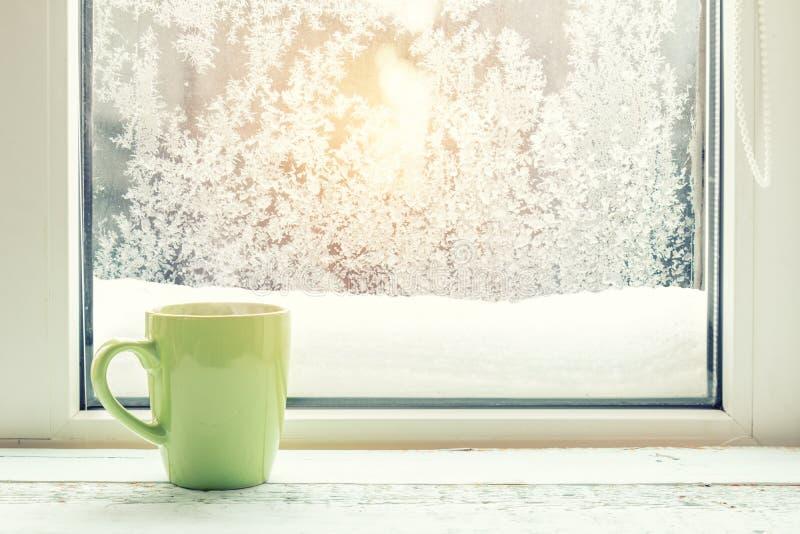 Kop van Koffie op de Venstervensterbank royalty-vrije stock afbeelding