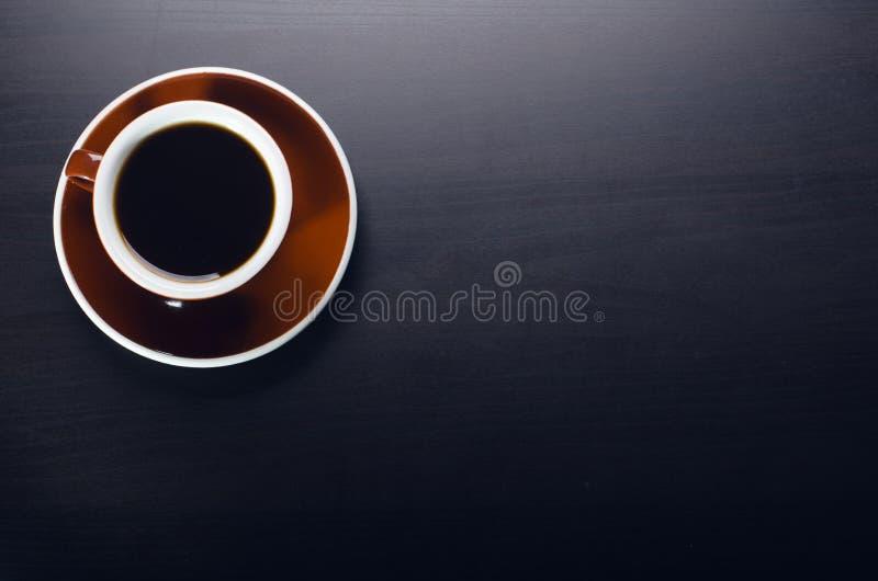 kop van koffie op een donkere lijst Concept zaken Laptop, koffie, horloge stock fotografie