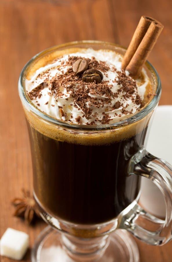 Kop van koffie op hout stock foto's