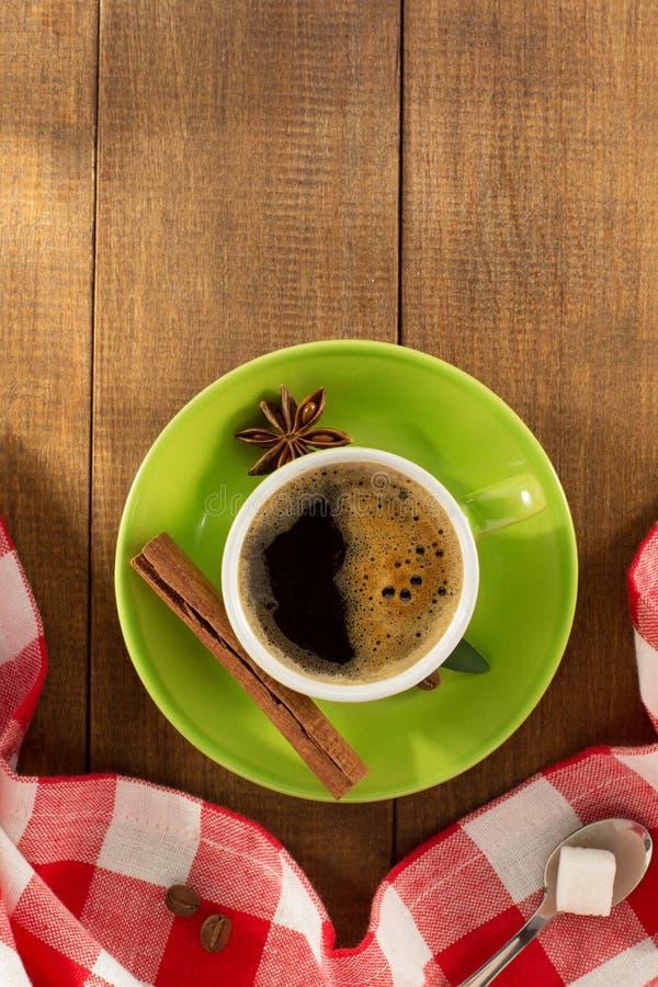 Kop van koffie op hout stock afbeeldingen
