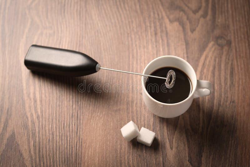 Kop van koffie op houten stock foto