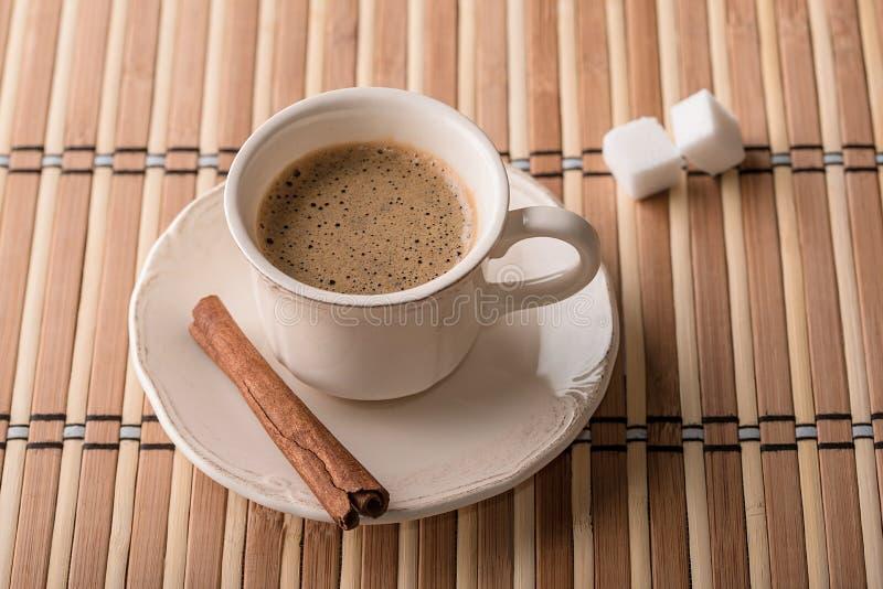 Kop van koffie op houten royalty-vrije stock afbeelding