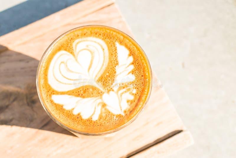 Kop van koffie op houten dienbladachtergrond stock fotografie