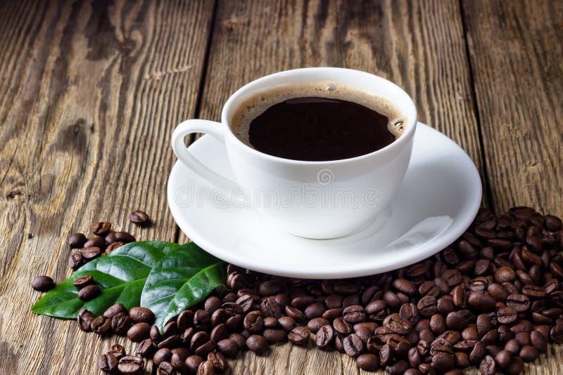 Kop van koffie op houten lijst royalty-vrije stock afbeeldingen