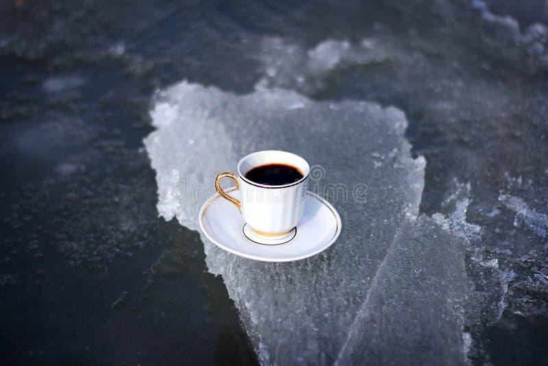 Kop van koffie op ijs stock afbeeldingen