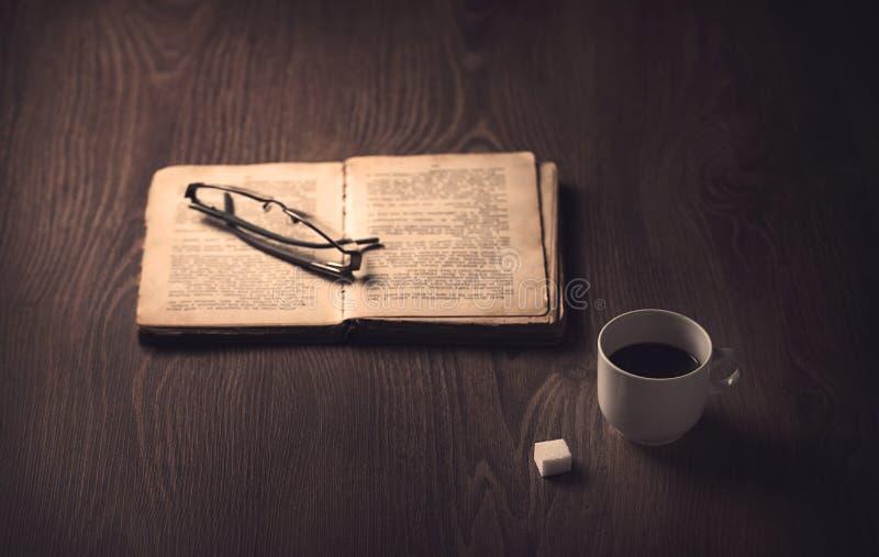 Kop van koffie op jute houten stock foto