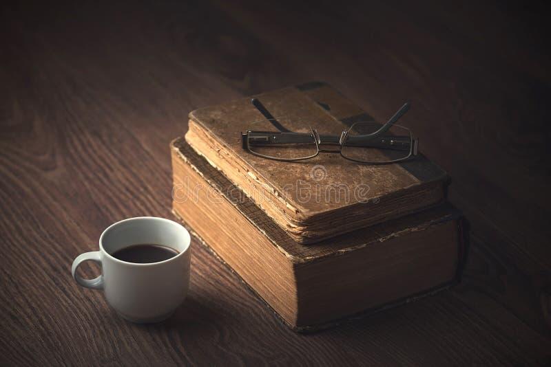 Kop van koffie op jute houten royalty-vrije stock afbeeldingen