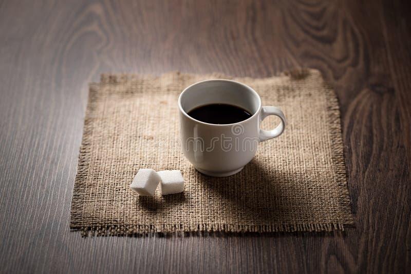 Kop van koffie op jute houten royalty-vrije stock afbeelding